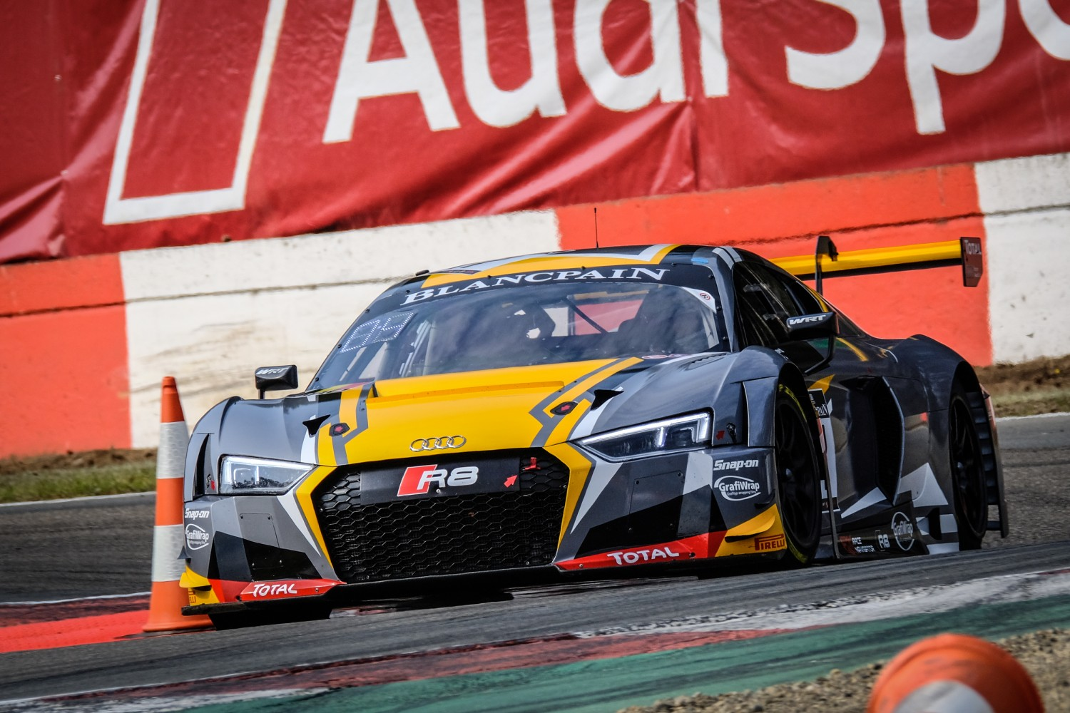 Robin Frijns and Stuart Leonard take close win in qualifying race